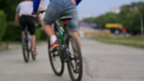 Άνθρωποι ομάδας που οδηγούν το ποδήλατο στο πάρκο απομονωμένο οπισθοσκόπο λευκό Ικανότητα, αθλητισμός, άνθρωποι και υγιής έννοια  φιλμ μικρού μήκους