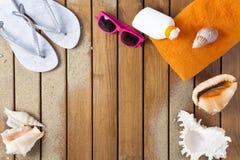 άνθρωποι ομάδας παραλιών που χαλαρώνουν την ηλιοθεραπεία σκηνής Στοκ Εικόνα