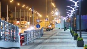 Άνθρωποι πεζοδρομίων που περπατούν τη νύχτα στο δρόμο οδήγησης αυτοκινήτων πεζοδρομίων πόλεων απόθεμα βίντεο