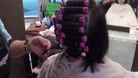 Άνθρωποι που έχουν ένα perm σε ένα hairdressing σαλόνι απόθεμα βίντεο