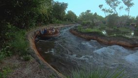 Άνθρωποι που έχουν την έλξη ορμητικά σημείων ποταμού ποταμών της Kali διασκέδασης στο ζωικό βασίλειο στην παγκόσμια περιοχή 1 Wal απόθεμα βίντεο