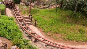 Άνθρωποι που έχουν τη διασκέδαση επτά ρόλερ κόστερ τραίνων ορυχείου νάνων στο μαγικό βασίλειο 2 απόθεμα βίντεο