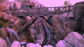 Άνθρωποι που έχουν τη διασκέδαση επτά ρόλερ κόστερ τραίνων ορυχείου νάνων στο μαγικό βασίλειο 4 απόθεμα βίντεο