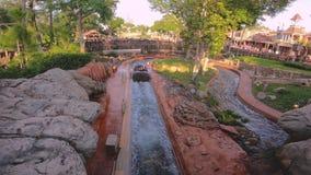 Άνθρωποι που έχουν τη διασκέδαση στο καταβρέχοντας νερό βαρκών στο βουνό παφλασμών στο μαγικό βασίλειο 1 απόθεμα βίντεο