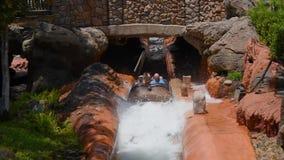 Άνθρωποι που έχουν τη διασκέδαση στο καταβρέχοντας νερό βαρκών στο βουνό παφλασμών στο μαγικό βασίλειο 2 απόθεμα βίντεο