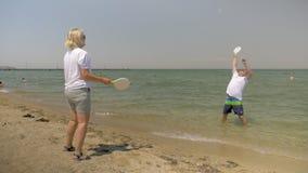 Άνθρωποι που έχουν τη διασκέδαση κατά τη διάρκεια των διακοπών στην παραλία απόθεμα βίντεο