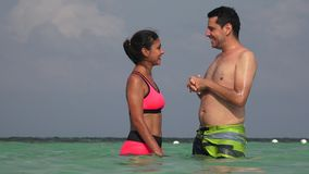 Άνθρωποι που έχουν τη διασκέδαση που κολυμπά στον ωκεανό στις διακοπές φιλμ μικρού μήκους