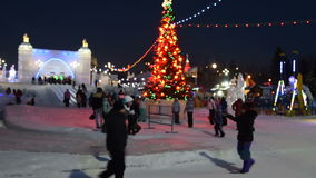 Άνθρωποι που έχουν τη διασκέδαση στην πόλη πάγου τη νύχτα απόθεμα βίντεο