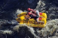 Άνθρωποι που έχουν τη διασκέδαση στη βάρκα μπανανών Στοκ Εικόνες