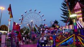 Άνθρωποι που έχουν τη διασκέδαση στις διασκεδάσεις καρναβάλι φιλμ μικρού μήκους
