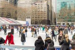 Άνθρωποι που έχουν το πατινάζ πάγου διασκέδασης στοκ εικόνες