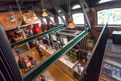 Άνθρωποι που αγοράζουν και που πίνουν την μπύρα στο μετρητή μέσα στο ιστορικό ζυθοποιείο με το εμπορικό σήμα de Koninck Στοκ φωτογραφία με δικαίωμα ελεύθερης χρήσης
