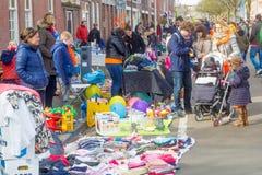 Άνθρωποι που αγοράζουν και που πωλούν παζαριών οδών οικιακών αντικειμένων σε Kingsday Στοκ φωτογραφίες με δικαίωμα ελεύθερης χρήσης