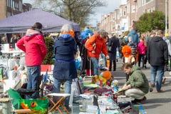 Άνθρωποι που αγοράζουν και που πωλούν παζαριών οδών οικιακών αντικειμένων σε Kingsday Στοκ εικόνες με δικαίωμα ελεύθερης χρήσης