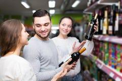 Άνθρωποι που αγοράζουν τα ποτά Στοκ Εικόνες