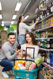 Άνθρωποι που αγοράζουν τα ποτά Στοκ Φωτογραφία