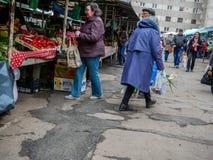 Άνθρωποι που αγοράζουν τα φρέσκα λαχανικά στην τοπική αγορά στοκ φωτογραφίες