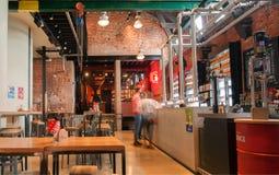 Άνθρωποι που αγοράζουν την μπύρα στο μετρητή μπαρ μέσα στο ιστορικό ζυθοποιείο με το εμπορικό σήμα de Koninck στοκ εικόνα με δικαίωμα ελεύθερης χρήσης