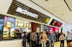 Άνθρωποι που αγοράζουν το γρήγορο φαγητό Στοκ Εικόνες