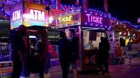 Άνθρωποι που αγοράζουν το εισιτήριο στις διασκεδάσεις καρναβάλι δυτικών ακτών απόθεμα βίντεο