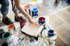 Άνθρωποι που ανακαινίζουν τη ζωγραφική τοίχων σπιτιών στοκ εικόνες