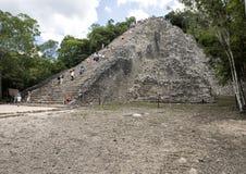 Άνθρωποι που αναρριχούνται επάνω σε έναν κάτω στην πυραμίδα Nohoch Mul στις καταστροφές Coba Στοκ Εικόνες