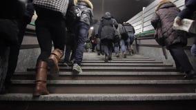 Άνθρωποι που αναρριχούνται στα σκαλοπάτια υπογείων απόθεμα βίντεο