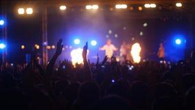 Άνθρωποι που απολαμβάνουν και που χορεύουν στην υπαίθρια συναυλία Στοκ Εικόνες