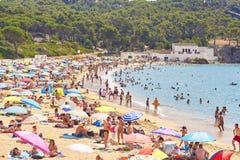 Άνθρωποι που απολαμβάνουν μια ηλιοθεραπεία Castell στην παραλία Palamos, Girona, Καταλωνία, Ισπανία στοκ φωτογραφίες