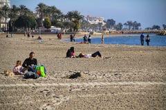 Άνθρωποι που απολαμβάνουν μια ηλιόλουστη ημέρα του χειμώνα στην Ισπανία στοκ φωτογραφία με δικαίωμα ελεύθερης χρήσης