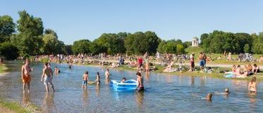 Άνθρωποι που απολαμβάνουν τη θερινή ημέρα στο πάρκο πόλεων Englischer Garten στο Μόναχο, Γερμανία Στοκ Φωτογραφία