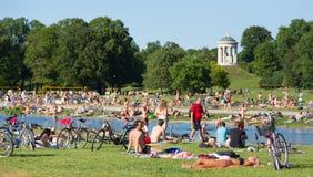 Άνθρωποι που απολαμβάνουν τη θερινή ημέρα στο πάρκο πόλεων Englischer Garten στο Μόναχο, Γερμανία Στοκ εικόνες με δικαίωμα ελεύθερης χρήσης