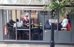 Άνθρωποι που απολαμβάνουν τον καφέ και τους καπνούς ένα hookah στοκ φωτογραφία με δικαίωμα ελεύθερης χρήσης