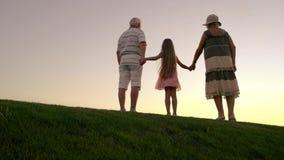 Άνθρωποι που απολαμβάνουν τον ουρανό ηλιοβασιλέματος υπαίθρια φιλμ μικρού μήκους