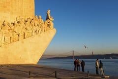 Άνθρωποι που απολαμβάνουν το ηλιοβασίλεμα κοντά στο μνημείο στο DOS Descobrimentos Padrao ανακαλύψεων στην πόλη της Λισσαβώνας Στοκ εικόνα με δικαίωμα ελεύθερης χρήσης