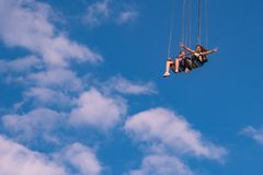 """Άνθρωποι που απολαμβάνουν το ιπτάμενο αστεριών του Ορλάντο Είναι ο πιό ψηλός γύρος ταλάντευσης """"world's που στέκεται σε 450 π στοκ εικόνες με δικαίωμα ελεύθερης χρήσης"""