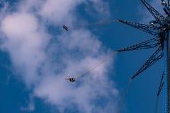 """Άνθρωποι που απολαμβάνουν το ιπτάμενο αστεριών του Ορλάντο Είναι ο πιό ψηλός γύρος ταλάντευσης """"world's που στέκεται σε 450 π στοκ εικόνα με δικαίωμα ελεύθερης χρήσης"""