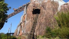 Άνθρωποι που απολαμβάνουν το μύθο Everest αποστολής απαγορευμένο rollercoaster βουνών στο ζωικό βασίλειο στον κόσμο 4 Walt Disney απόθεμα βίντεο
