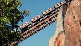 Άνθρωποι που απολαμβάνουν το μύθο Everest αποστολής απαγορευμένο rollercoaster βουνών στο ζωικό βασίλειο στον κόσμο 2 Walt Disney απόθεμα βίντεο