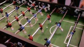 Άνθρωποι που απολαμβάνουν το παιχνίδι επιτραπέζιου ποδοσφαίρου Κλείστε επάνω kicker επιτραπέζιου ποδοσφαίρου του παιχνιδιού φιλμ μικρού μήκους