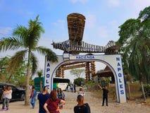 Άνθρωποι που απολαμβάνουν το υδρόβιο πάρκο ή το νερό parkin το Hacienda Napoles του Pablo Escobar, με το θόριο Στοκ Εικόνες
