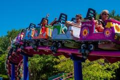 Άνθρωποι που απολαμβάνουν rollercoaster πτώσης μπισκότων την οικογένεια φιλική σε Seaworld στη διεθνή περιοχή 4 Drive στοκ εικόνα