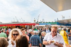 Άνθρωποι που απολαμβάνονται την αγορά ψαριών από το λιμάνι στο Αμβούργο, Γερμανία Στοκ εικόνα με δικαίωμα ελεύθερης χρήσης