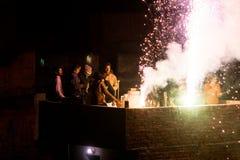 Άνθρωποι που απολαμβάνουν τα πυροτεχνήματα σε μια στέγη στο Jaipur Στοκ Εικόνες