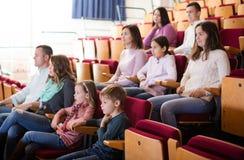 Άνθρωποι που απολαμβάνουν τη διαλογή ταινιών στον κινηματογράφο στοκ φωτογραφία
