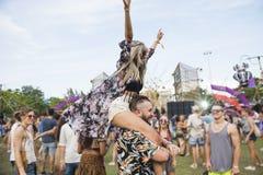 Άνθρωποι που απολαμβάνουν το φεστιβάλ συναυλίας ζωντανής μουσικής Στοκ Φωτογραφίες