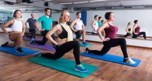 Άνθρωποι που ασκούν στην αίθουσα χορού Στοκ φωτογραφία με δικαίωμα ελεύθερης χρήσης