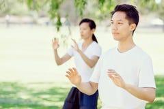 Άνθρωποι που ασκούν ταϊλανδικό chi στο πάρκο Στοκ Εικόνες