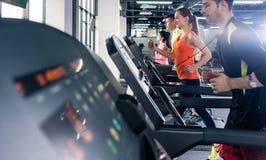 Άνθρωποι που ασκούν treadmill στοκ φωτογραφία