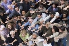 Άνθρωποι που αυξάνουν τα χέρια από κοινού στοκ εικόνες